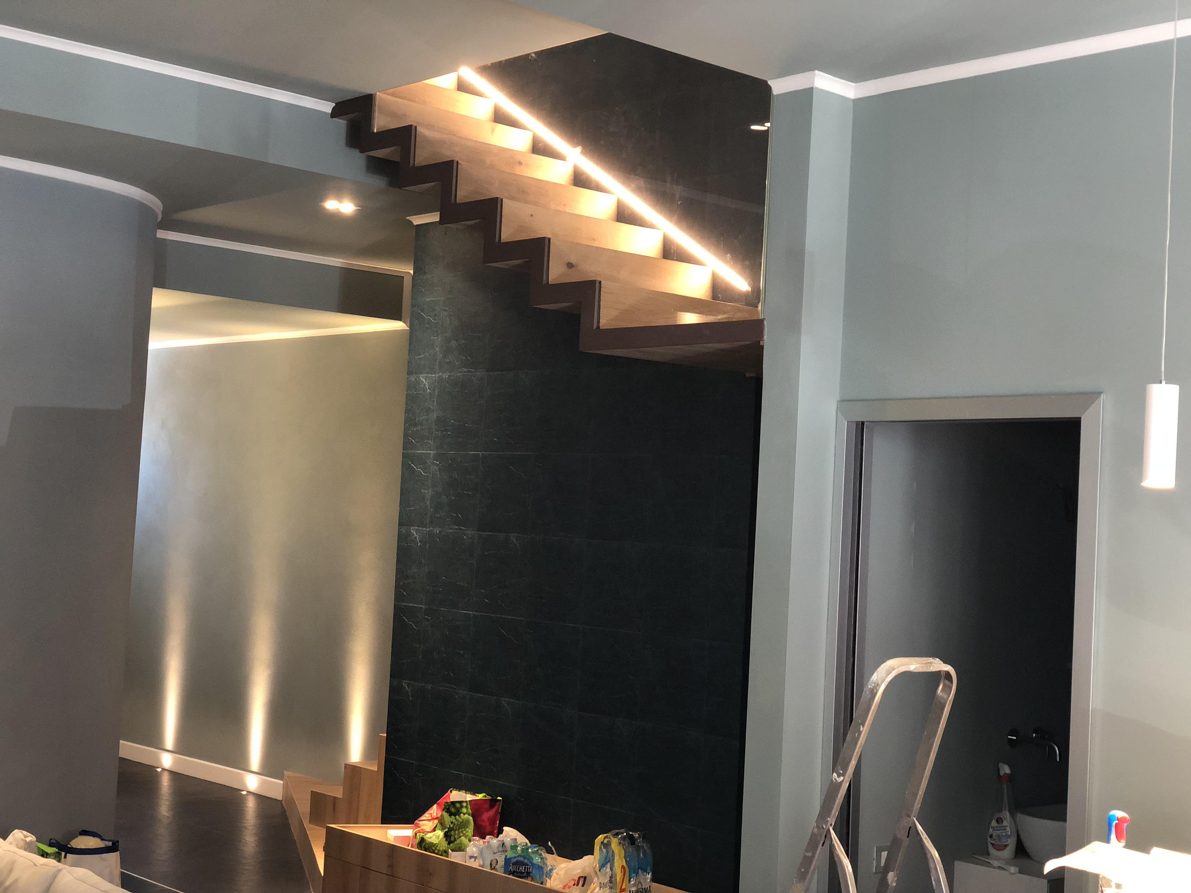 Illuminazione scale linea luce led per valorizzare i tuoi gradini