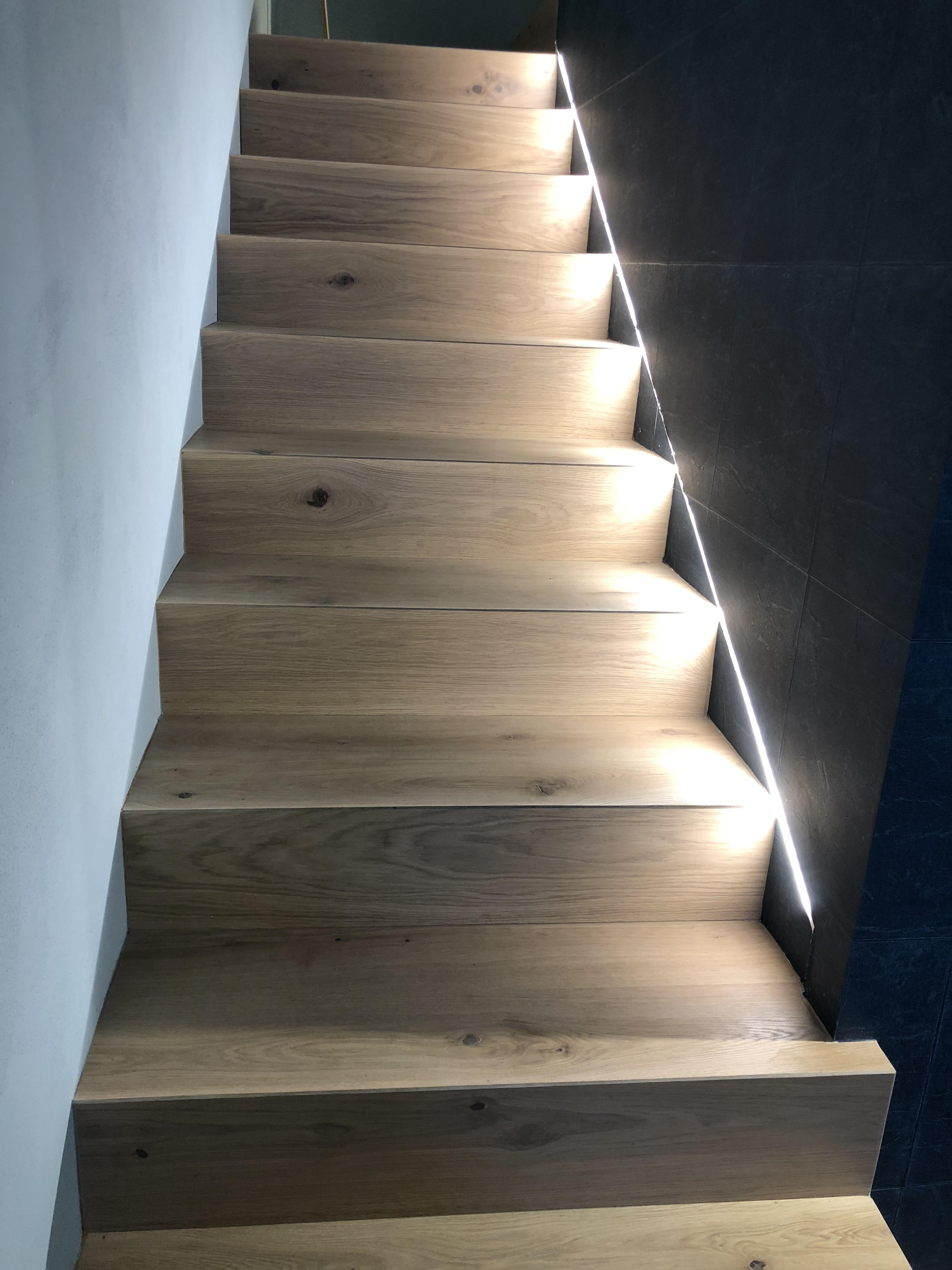 Illuminazione scale linea luce led per valorizzare i for Segnapasso led per scale interne